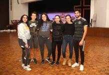 Jóvenes preparan las comparsas en el Club Deportivo Potosino