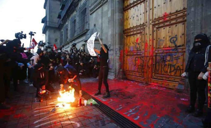 Abren carpeta de investigación por pintas en Palacio Nacional