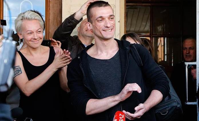 El artista ruso detrás del video sexual de candidato francés es un provocador con antecedentes