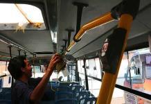 Hacen limpieza a interior de camiones urbanos