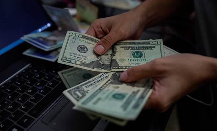 Tras lunes negro, dólar al menudeo se ubica en 20.61 pesos