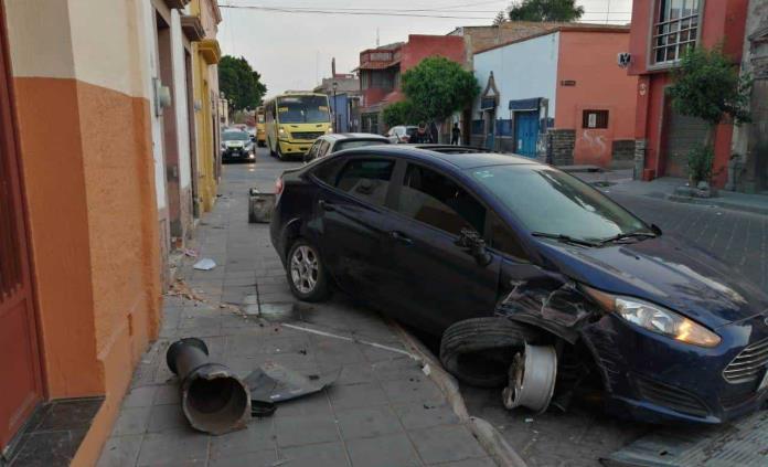 Automovilista abandona su vehículo tras chocar contra un poste y dos autos estacionados