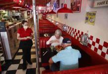Muchos en EEUU no regresarán pronto a restaurantes, revela encuesta
