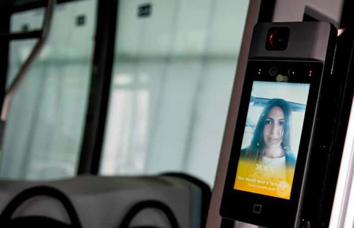 La videocámara de acceso tiene sensor de temperatura corporal del pasajero.