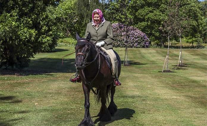 Isabel II monta a caballo en el Castillo de Windsor
