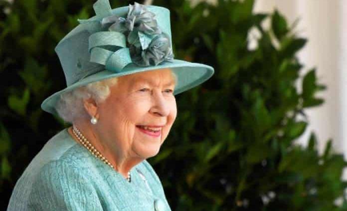 Isabel II celebra su cumpleaños con menos pompa y sin multitud