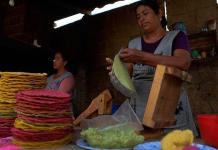 Las mujeres tostadoras de Teopisca, el pueblo mexicano del maíz de colores
