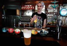 Reino Unido podría cerrar los pubs para asegurar la reapertura de escuelas