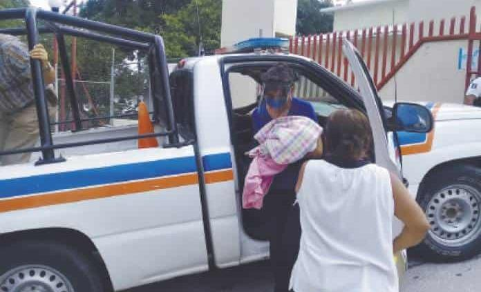 Mujer da a luz en una letrina y su bebé sobrevive