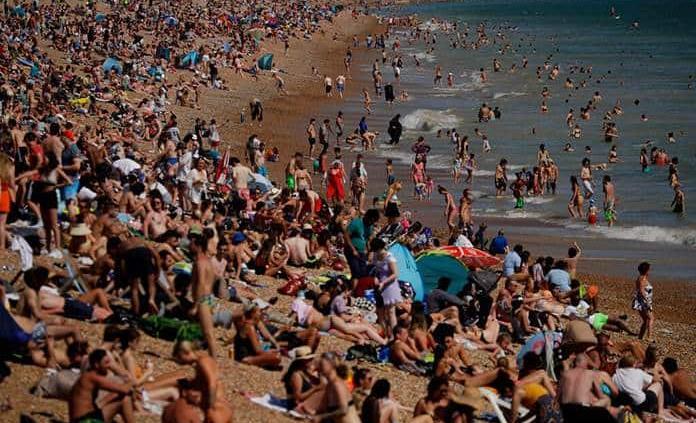 Encienden las alarmas en Reino Unido por playas atestadas y fiestas ilegales