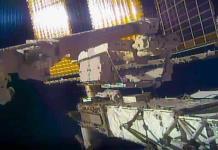 Astronauta pierde espejo pequeño en caminata espacial