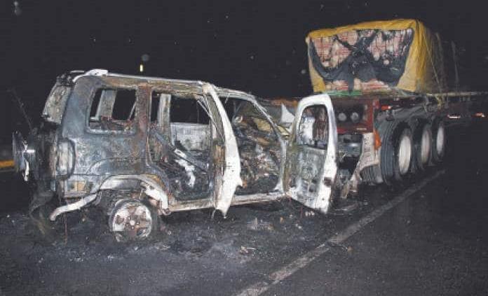 Se quema camioneta al chocar contra tráiler