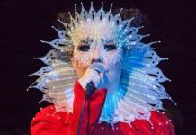 Björk canta en español