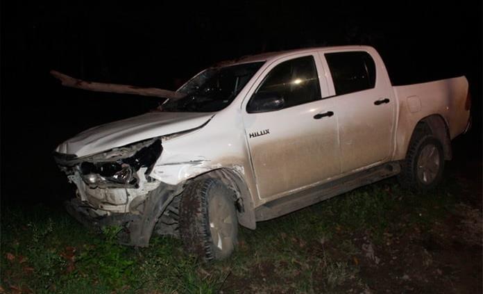 Conductor choca su camioneta contra vehículo estacionado y un negocio
