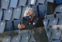 Sin público, el árbitro escucha lo que dicen en las bancas