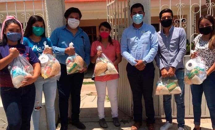 FUP entrega despensas a universitarios y personas de la tercera edad del asilo Los Años Dorados