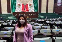 Diputada de Morena usa careta con el rostro de AMLO