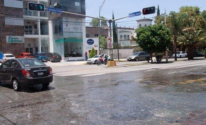 Aguas negras corren por la Av. Carranza