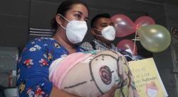 Tras dos meses hospitalizada, dan de alta a bebé prematura que padecía Covid-19
