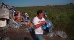 Chocan tráiler y camión refresquero en Ébano; ciudadanos se llevan los refrescos y dejan las botellas con agua