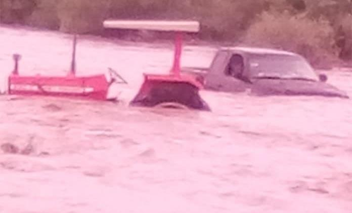 Rescatan a dos personas de corriente de agua