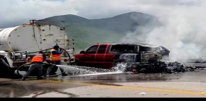 Se incendia camioneta en la súper carretera a Cerritos