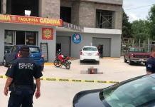Asesinan a dos personas afuera de una taquería