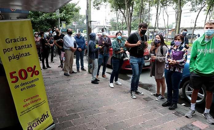 Cerca de 200 personas hicieron fila en librería Gandhi de CDMX durante dos horas, tras anuncio de cierre
