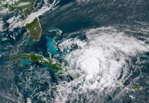 El huracán Isaías azota Bahamas en ruta a Florida