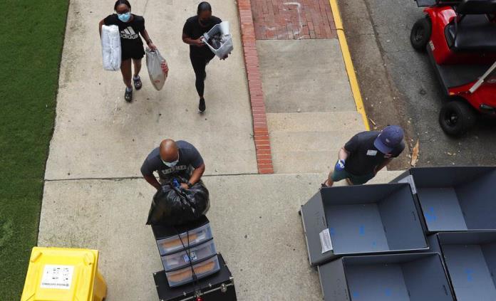 Alumnos universitarios en EEUU regresan a clases pese a virus