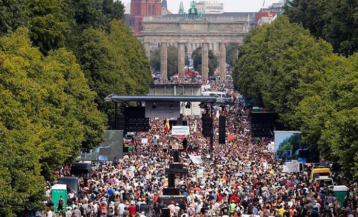 Marcha negacionista en Berlín proclama el fin de la pandemia en pleno repunte