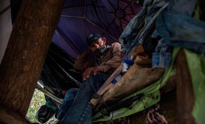 Un salvadoreño que vive en un árbol en la Ciudad de Guatemala no pierde la esperanza