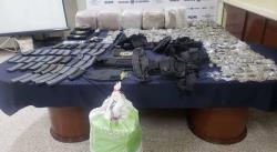 Decomisan droga, armas, cartuchos, equipo táctico y varios vehículos en Villa de Arista