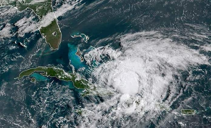 Tras azotar las Bahamas, Isaías va débil a Florida