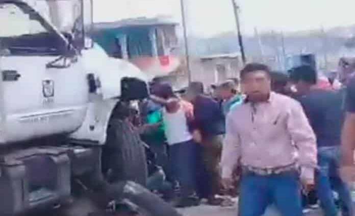 Un pesado camión del IMSS embiste autos