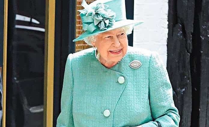 Reina Isabel II sale de confinamiento y posiciona al príncipe William