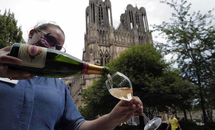 Productores de champaña fijan cuotas; esperan contener los daños provocados por la pandemia