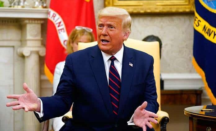 Trump, triste por la detención de Bannon pero se desmarca del proyecto privado del muro