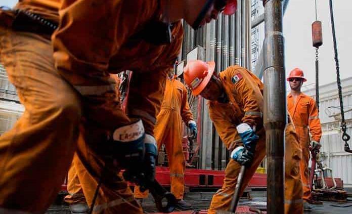 La demanda mundial de petróleo cae a niveles de 2013, dice la Agencia Internacional de Energía