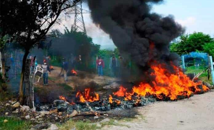 Con quema de llantas y machetes, se oponen a desalojo en ejido de Ciudad Valles