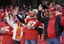 Fanáticos de Chiefs, sin penachos ni caras pintadas