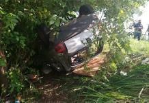 Perece niña al volcar auto en San Vicente