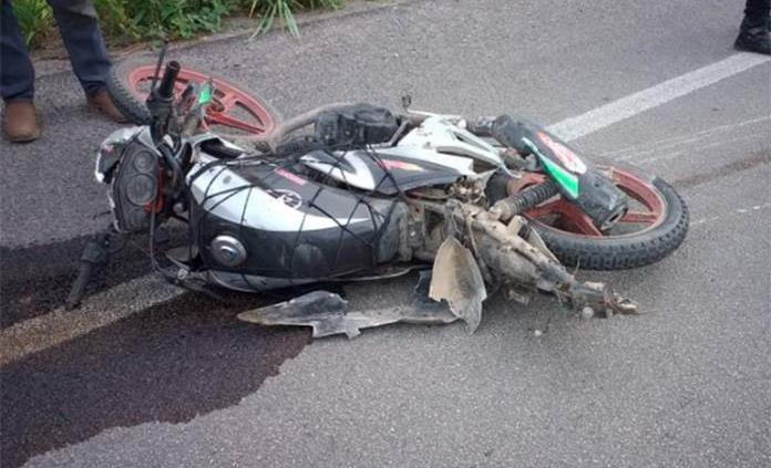 Hombre muere y su hijo resulta herido tras accidente en motocicleta