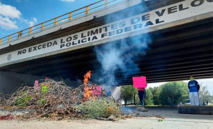 Habitantes de El Zapote bloquean carretera a Matehuala