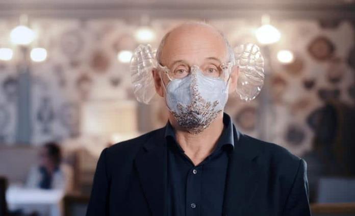 Crean mascarilla acústica con palmas de plástico para disfrutar de conciertos