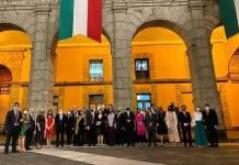 Balconean a funcionarios federales sin cubrebocas en Palacio Nacional