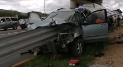 Muere conductor de camioneta tras chocar contra una valla de contención en la carretera a México