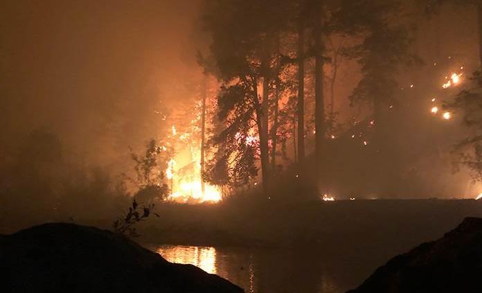 Hombre se refugia de incendio en un río de Oregon