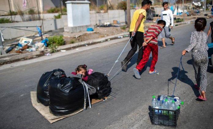 La policía griega traslada a más migrantes a un nuevo campo