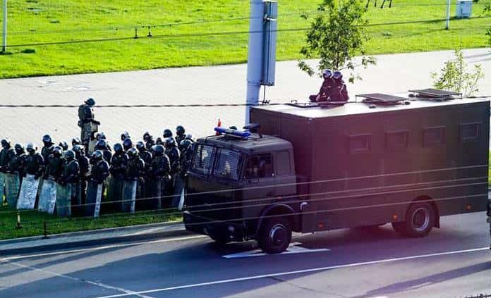 Un desconocido se prende fuego frente a sede del Interior en Bielorrusia